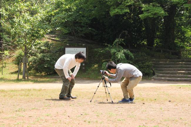 三脚とビデオカメラで遊ぶチーとチェハラ